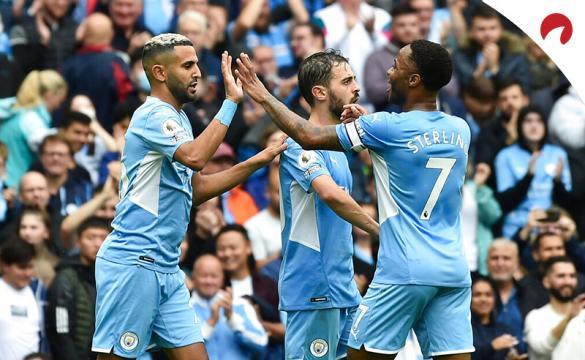 Marhez (izq) y Sterling (der) celebran un gol en la Premier League. Mira los pronósticos del Manchester City Vs Arsenal.