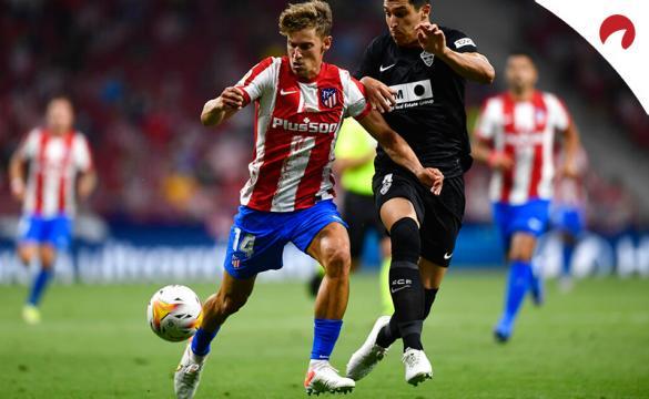 Marcos Llorente pelea por un balón en un duelo de LaLiga. Conoce los pronósticos del Atlético de Madrid Vs Villarreal.