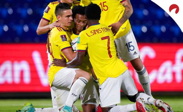 Cuadrado (centro) es abrazado por compañeros de la selección colombiana. Conoce los pronósticos del Colombia Vs Chile.