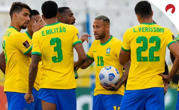 Neymar (centro) con sus compañeros en el último partido de las Eliminatorias. Conoce los pronósticos del Brasil Vs Perú.