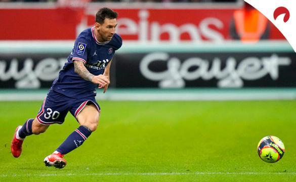 Messi conduce un balón en su primer partido con el PSG. Conoce los pronósticos del PSG Vs Clermont en este análisis.
