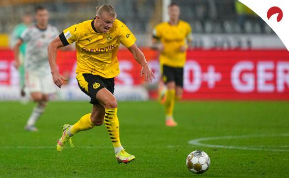 Erling Haaland conduce el balón en un duelo de la Bundesliga. Conoce los pronósticos del Leverkusen Vs Borussia Dortmund