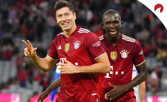 Robert Lewandowski celebra un gol en la Bundesliga. Conoce los pronósticos del RB Leipzig Vs Bayern en este análisis.