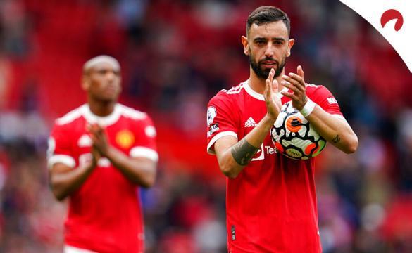 Bruno Fernandes (der.) aplaude tras un duelo de la Premier. Conoce los pronósticos del Manchester United Vs Newcastle