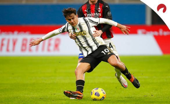 Dybala trata de proteger el balón en un partido de la Serie A. Conoce los pronósticos del Napoli Vs Juventus.