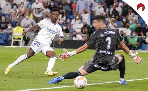 Vinicius bate a Dituro para anotar. Cuotas de LaLiga Santander 2021-22 de las casas de apuestas.
