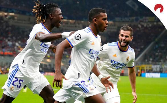 Rodrygo (centro) celebra un gol con Nacho (der.) y Camavinga (izq.). Conoce los pronósticos del Valencia Vs Real Madrid.