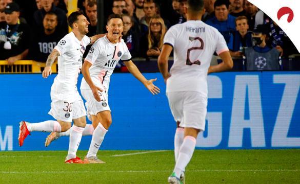 Messi (izq.) y Ander Herrera (centro) celebran un gol. Conoce las cuotas y pronósticos del PSG Vs Lyon de la Ligue 1.