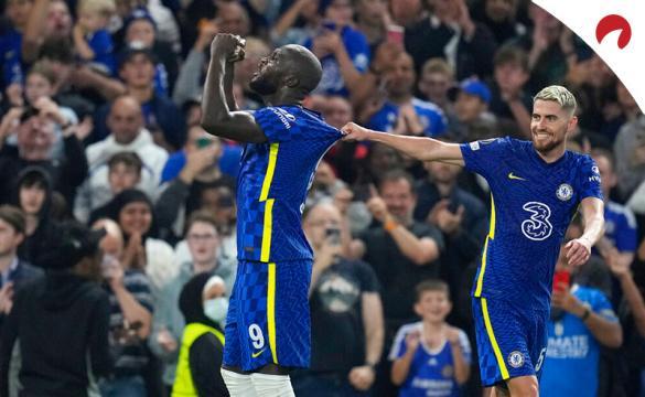 Rumelu Lukaku (izq) celebra un gol con Jorginho. Conoce los pronósticos del Tottenham Vs Chelsea de la Premier League.