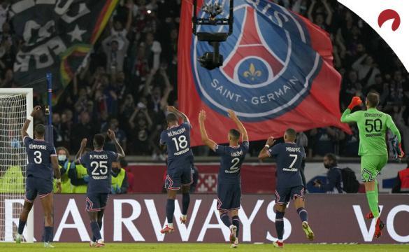 Jugadores del PSG celebran un triunfo con la grada. Cuotas y pronósticos de la Ligue 1 2021-22.