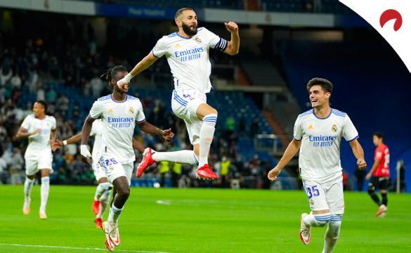Karim Benzema celebra un nuevo gol en LaLiga. Conoce las cuotas y pronósticos del Real Madrid Vs Villarreal.