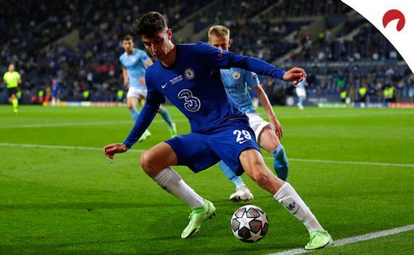 Kai Havertz controla un balón ante jugadores del City. Conoce las cuotas y pronósticos del Chelsea Vs Manchester City.