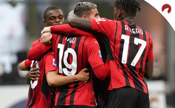 Varios jugadores del Milan abrazados celebrando un gol. Cuotas para ganar la Serie A 2021-22.