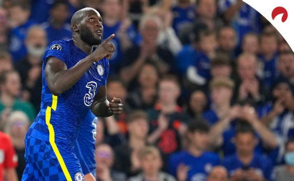 Romelu Lukaku apunta al cielo tras marcar con el Chelsea. Conoce los pronósticos del Juventus Vs Chelsea y las cuotas.