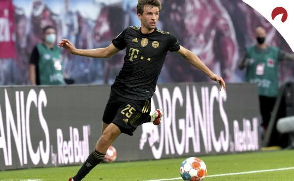 Thomas Müller controla el balón en la imagen. Cuotas Al Ganador De La Bundesliga 2021-22.