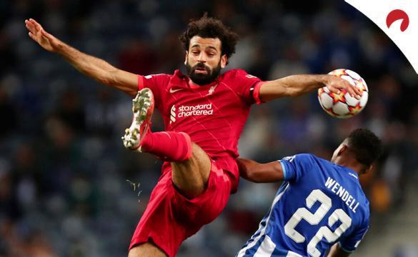 Salah trata de controlar un balón en el aire. Conoce las cuotas y los pronósticos del Liverpool Vs Manchester City.