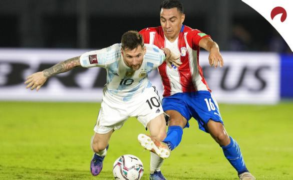 Messi trata de sortear a un rival en la imagen. Cuotas Argentina vs Paraguay, Eliminatorias Conmebol