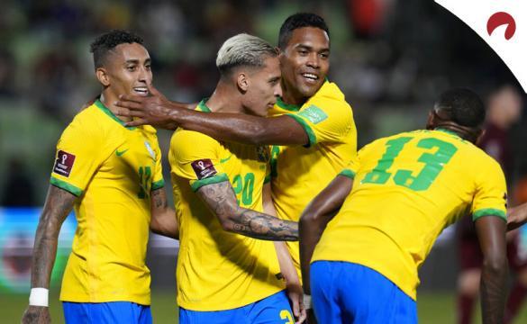 Imagen de varios jugadores de la Canarinha celebrando un gol. Cuotas y picks Colombia Vs Brasil.