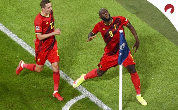 Romelu Lukaku festeja un gol anotado en la Nations League. Cuotas y picks Italia vs Bélgica.