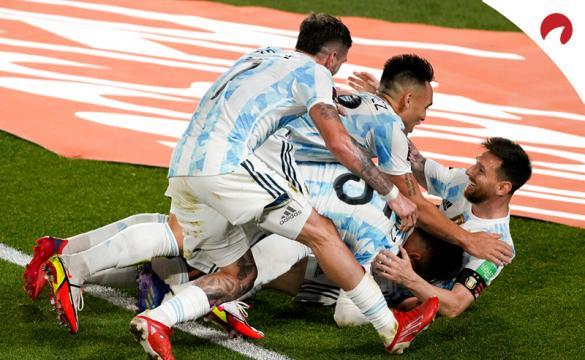Lionel Messi (derecha) celebra un gol con jugadores de Argentina. Conoce las cuotas del Argentina Vs Perú.
