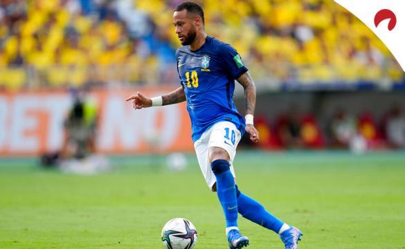 Neymar conduce un balón en un partido de las Eliminatorias Sudamericanas. Conoce las cuotas del Brasil Vs Uruguay