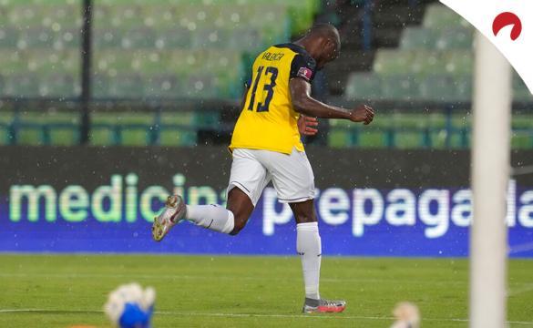 Enner Valencia celebra un gol en partido de las Eliminatorias Sudamericanas. Conoce las cuotas del Colombia Vs Ecuador.