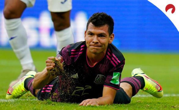 Hirving Lozano tumbado en el suelo en un partido de El Tri. Conoce las cuotas y pronósticos del El Salvador Vs México.