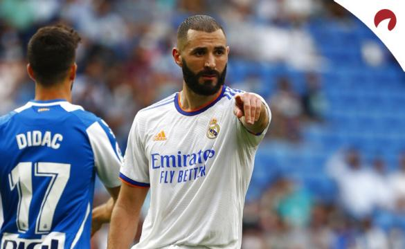 Karim Benzema señala con el dedo. Cuotas de LaLiga Santander 2021-22 de las casas de apuestas.