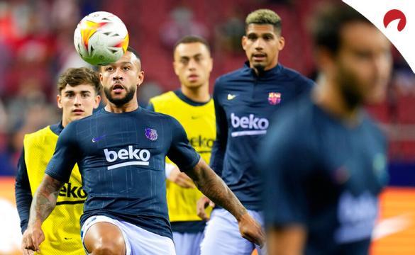 Memphis Depay controla un balón en un calentamiento. Conoce las cuotas y pronósticos del Barcelona Vs Valencia.