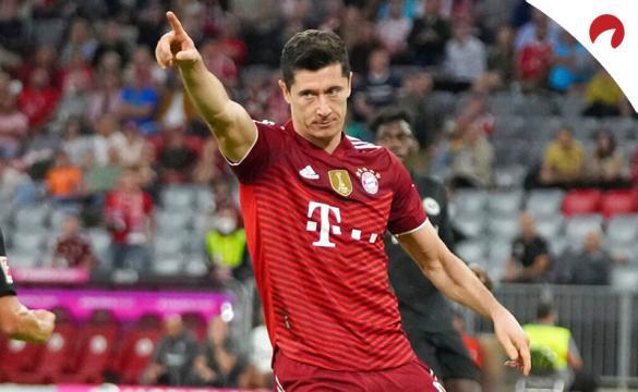 Robert Lewandowski celebra un gol con el Bayern en la Bundesliga. Conoce los pronósticos del Leverkusen Vs Bayern.