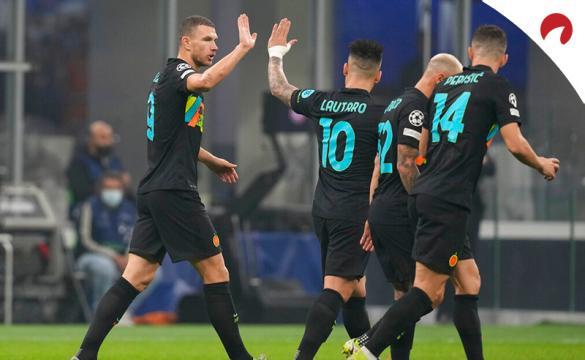 Edin Dzeko (izquierda) celebra un gol en la Serie A TIM. Conoce las cuotas y pronósticos para el Inter Vs Juventus.