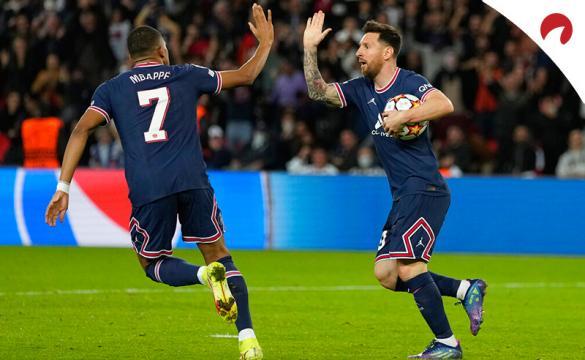 Mbappé (izq.) y Messi (der.) chocan sus palmas para celebrar un gol. Conoce los picks y las cuotas del Marsella Vs PSG.