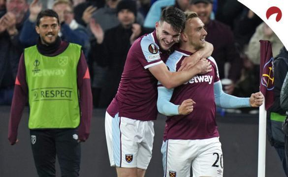 Jarrod Bowen y Declan Rice celebran un gol. Cuotas y favoritos para ganar la Europa League 2021-22.