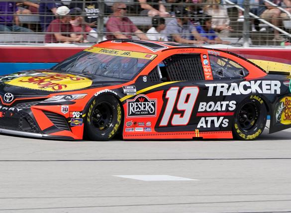Martin Truex Jr. is the favorite in the Xfinity 500 odds for Martinsville Speedway.